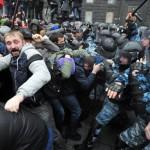 В Киеве силовики прорвали баррикады и оттесняют демонстрантов