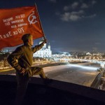 На офис Дождя водрузили Знамя Победы!
