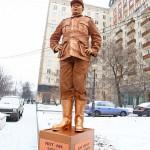 У филиала CNN в Москве появился «живой памятник» нацисту