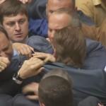 Депутаты Верховной рады проголосовали за мобилизацию и устроили драку с несогласным