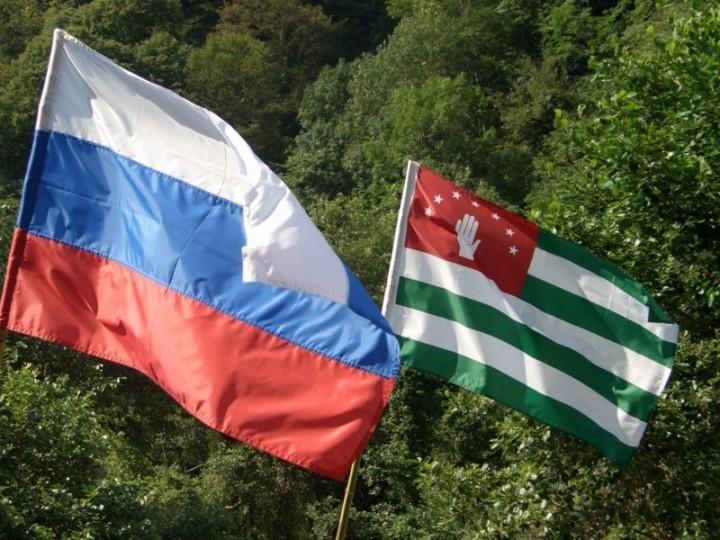 1409167611_rossiya-okazhet-finansovuyu-pomoshch-abkhazii-1363280860_russiaabhazetiflag