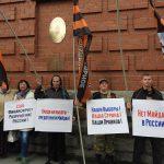 «США, руки прочь от выборов в России!» – накануне единого дня голосования активисты Национально-освободительного движения пикетировали генконсульство США в Екатеринбурге